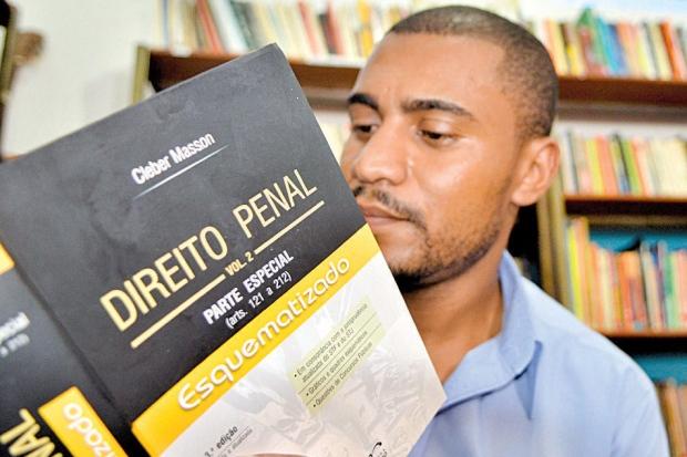 José Antônio Junio Silva cursa administração e já abateu 80 dias da sua sentença por meio da leitura (Foto: Reprodução)