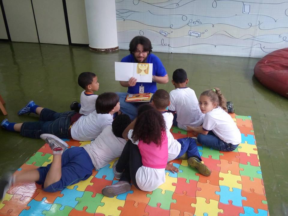 Atividade de contação de histórias na biblioteca (Foto: Simone Teodoro)