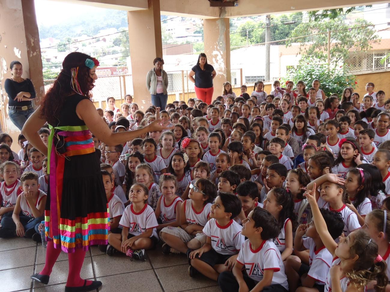 Encenação de um espetáculo para os alunos da escola municipal Frei Concórdio (Foto: Equipe da biblioteca)
