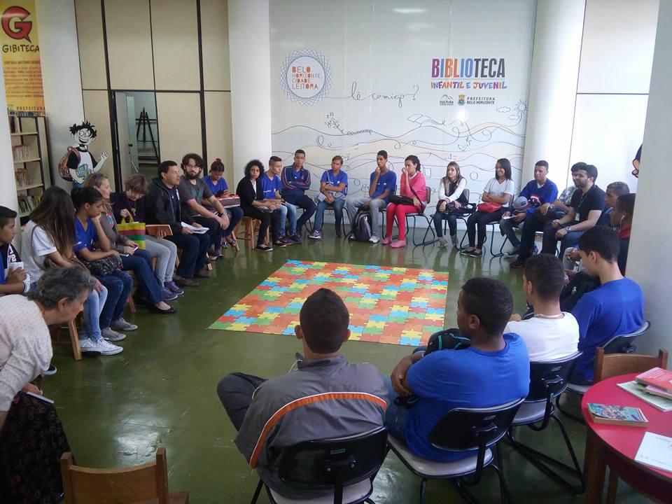 Jovens discutem a literatura no local (Foto: Simone Teodoro)