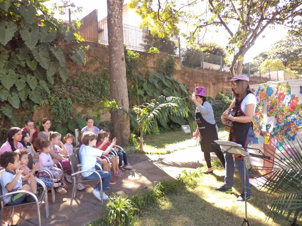 Evento de contação de histórias no jardim da Biblioteca (Foto: Acervo Fotográfico da Biblioteca)