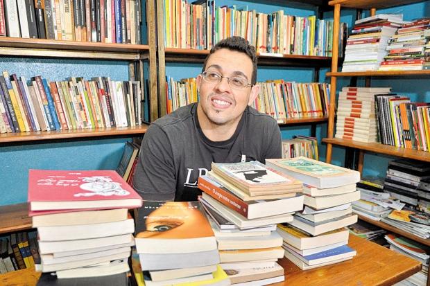 Educação. Com 35 anos de pena, Vinícios Athanazio diz que leitura de livros de filosofia o ajudou a aprimorar o seu vocabulário (Foto: Reprodução)