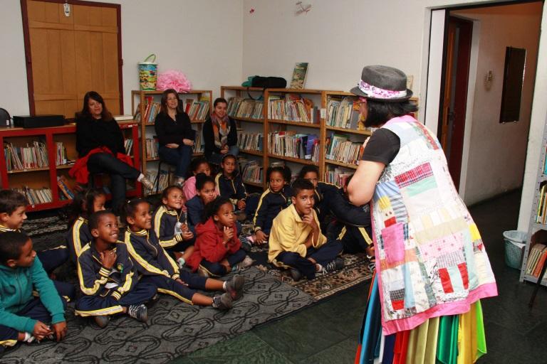 Crianças assistem a contação de histórias (Foto: divulgação ASCOM/PMOP)
