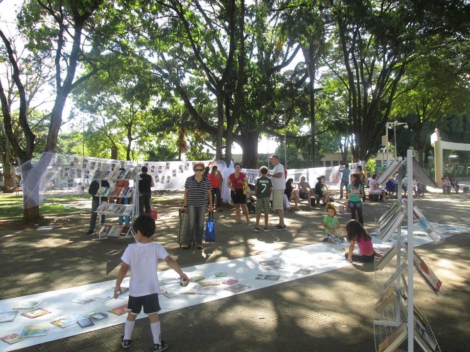 Leitores participam do projeto Leitura na Praça (Foto: Facebook/Divulgação)
