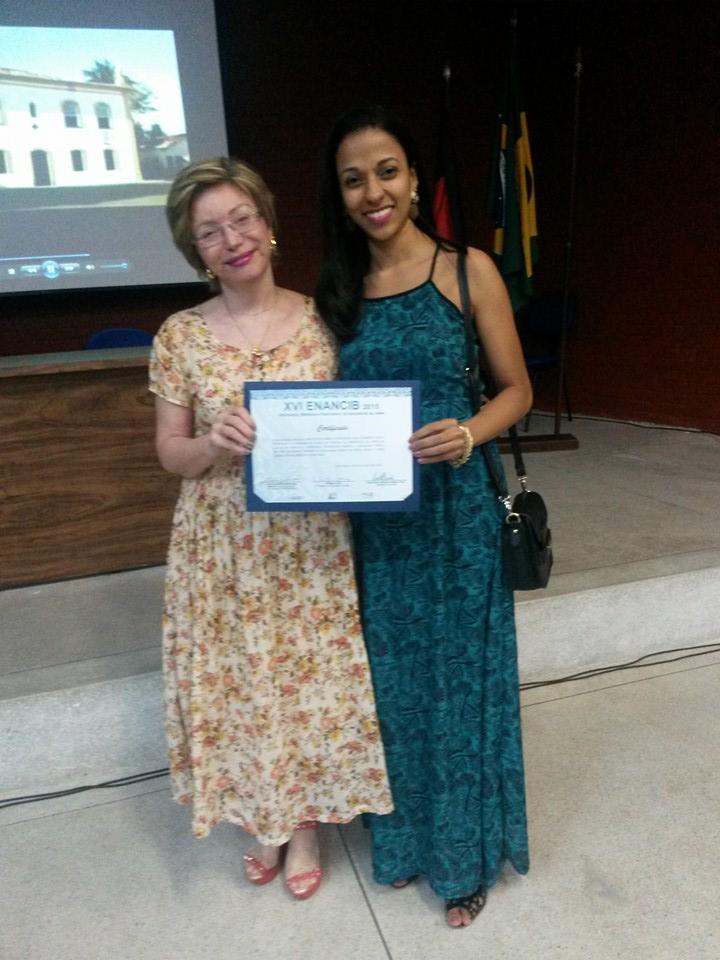 Beatriz Valadares Cendón, professora que orientou o projeto, e Gracielle Mendonça, no evento da ENANCIB (Foto: Divulgação)