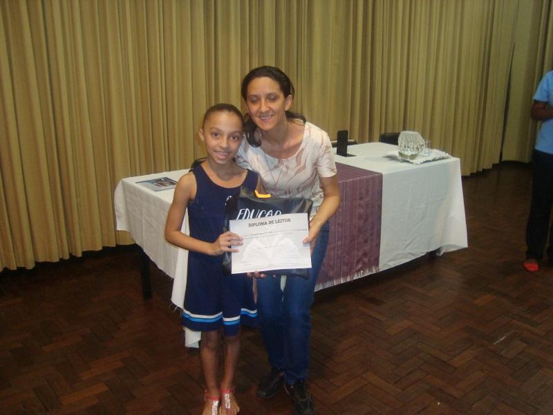 """Aluna recebe um """"Diploma de Leitor"""" (Foto: Divulgação)"""