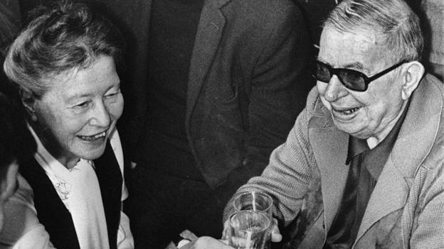 Trecho de livro de Beauvoir, nesta foto com o filósofo francês philosopher Jean-Paul Sartre, foi destaque no Enem (Foto: AFP)