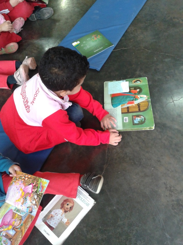 Crianças conhecem novos livros na biblioteca (Foto: Divulgação)