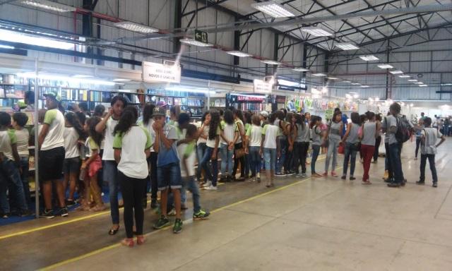 Muitos estudantes compareceram à Feira do Livro (Foto: Divulgação)