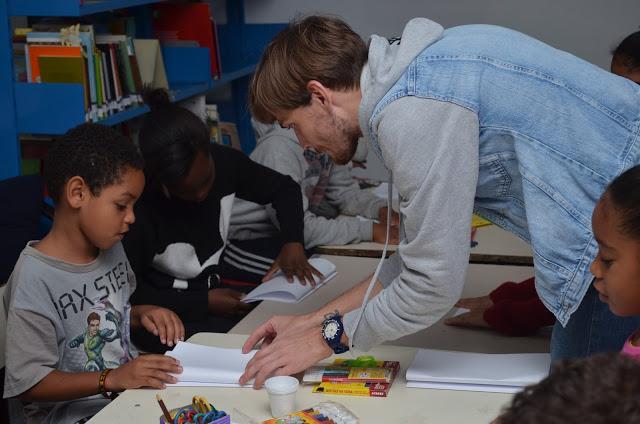 Oficina de Ilustração na Biblioteca Comunitária Livro Aberto, com Santiago Régis (Foto: Divulgação)