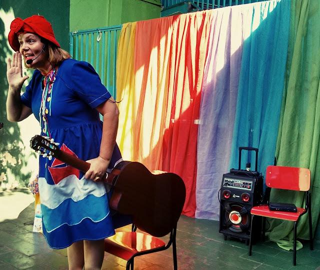 Beatriz Myrrha na Biblioteca Comunitária Leitura ao Pé da Serra (Foto: Divulgação)