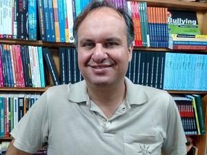 Daniel Bicalho atua há 15 anos no mercado de livros em Divinópolis (Foto: Ricardo Welbert/G1)