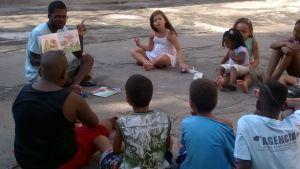 Roberto lê para as crianças do Morro do Zinco (Foto: Acervo pessoal)