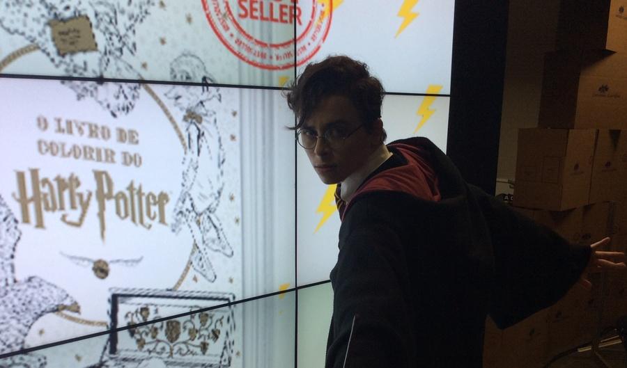 Para promover o livro, a Universo contratou um cosplay que se vestiu de Harry Potter (Foto: Divulgação)