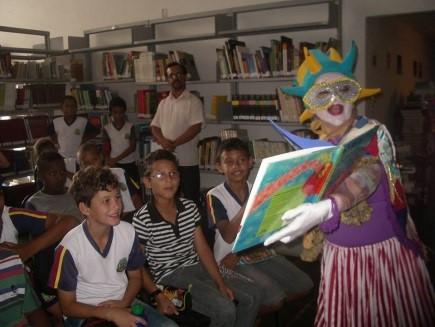 Contação de histórias atrai crianças e adolescentes da cidade (Foto: Divulgação)