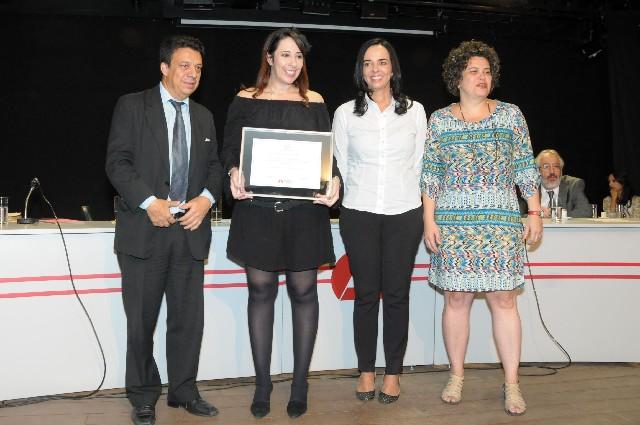 Autora recebeu diploma do voto de congratulações (Foto: Raíla Melo)