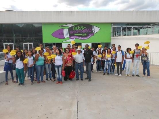 Usuários da Biblioteca de Esmeraldas visitam à V Bienal do Livro de Minas (Foto: Divulgação)