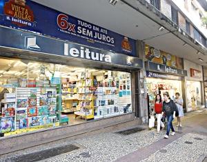 Leitura Savassi - Produtos estão sendo vendidos com descontos de 30% para acabar com o estoque (Foto: Reprodução)