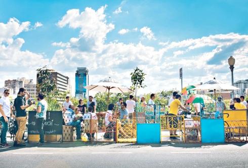 Espaço público – Aos sábados, o público aproveita a programação da Benfeitoria e curte o parklet da rua Sapucaí (Foto: Magemonteiro / Divulgação)