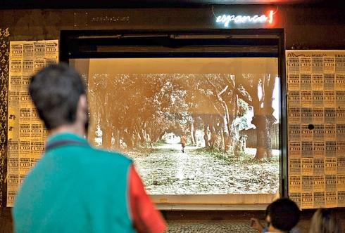 Para o público – Teatro Espanca! exibe filmes na fachada e ganha atenção de transeuntes do centro da cidade (Foto: Gabriel Andres Caram / Divulgação )