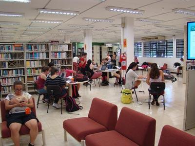 Piso térreo: espaço para conversa e descontração (Foto: Fábio Boracini)