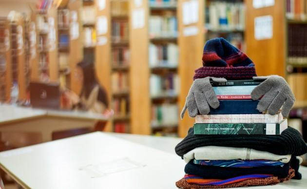 Campanha da instituição recebe agasalhos para quitar multas por atraso na devolução de livros (Foto: Divulgação)
