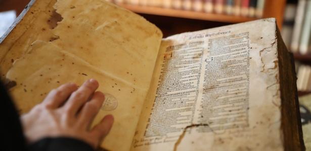 Comentário da bíblia datado do ano 1500 está entre as obras raras da biblioteca (Foto: Junior Lago/UOL)