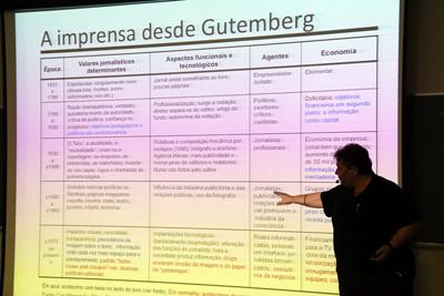 Em sua palestra, Maurício Tuffani abordou a trajetória da imprensa (Foto: Cecília Bastos/USP Imagens)