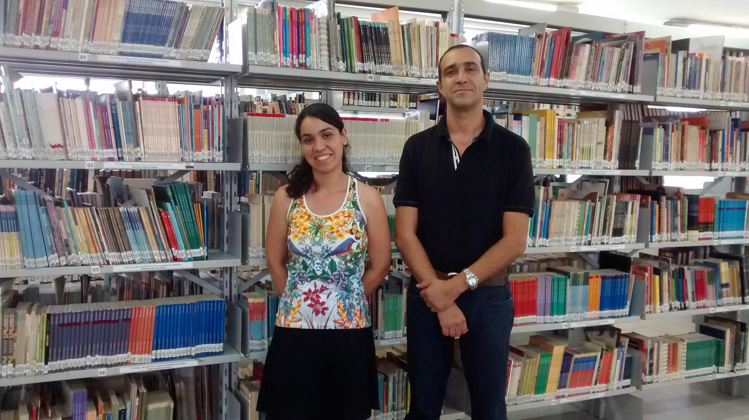 O bibliotecário Ivo Funghi Baía e a estudante de biblioteconomia Jéssica Luiza Magalhães de Campos (Foto: Divulgação)