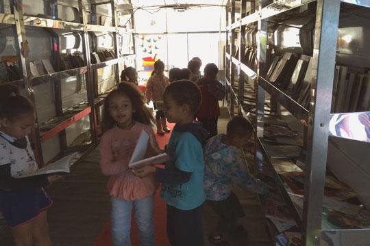 Biblioteca móvel incentiva prática da leitura em escolas de Ipatinga (Foto: Divulgação)