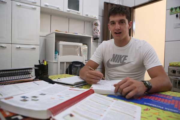 Jaime Augusto deixou faculdade de Engenharia Mecânica, no 5º período, e estuda sozinho para conseguir passar em Direito (Foto: Celso Ribeiro)
