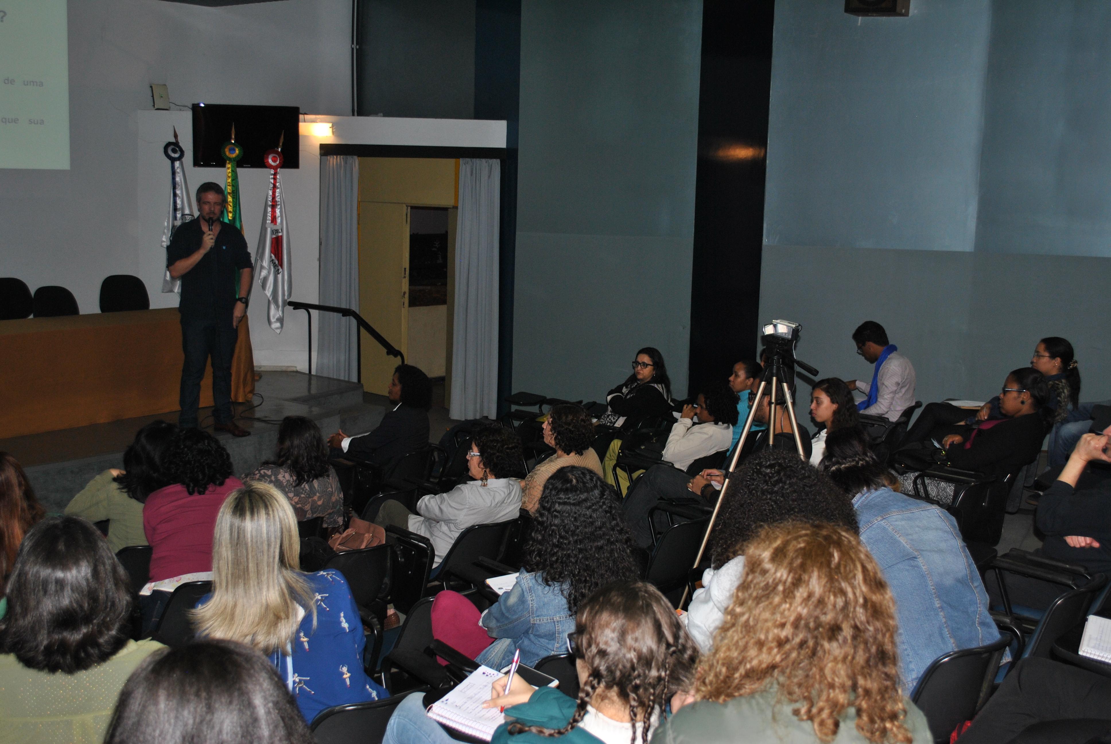 Palestra sobre Biblioteconomia escolar e perspectivas curriculares foi ministrada pelo bibliotecário Eduardo Valadares (Foto: Fabiana Senna)