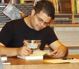 Aos 28 anos, o professor de Automação Victor Alves já publicou dois livros (Foto: Divulgação)