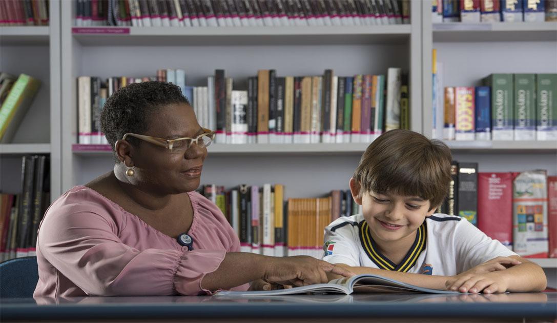 Bibliotecária Regina Simão acredita que a biblioteca é porta de entrada para o conhecimento (Foto: Fundação Torino)