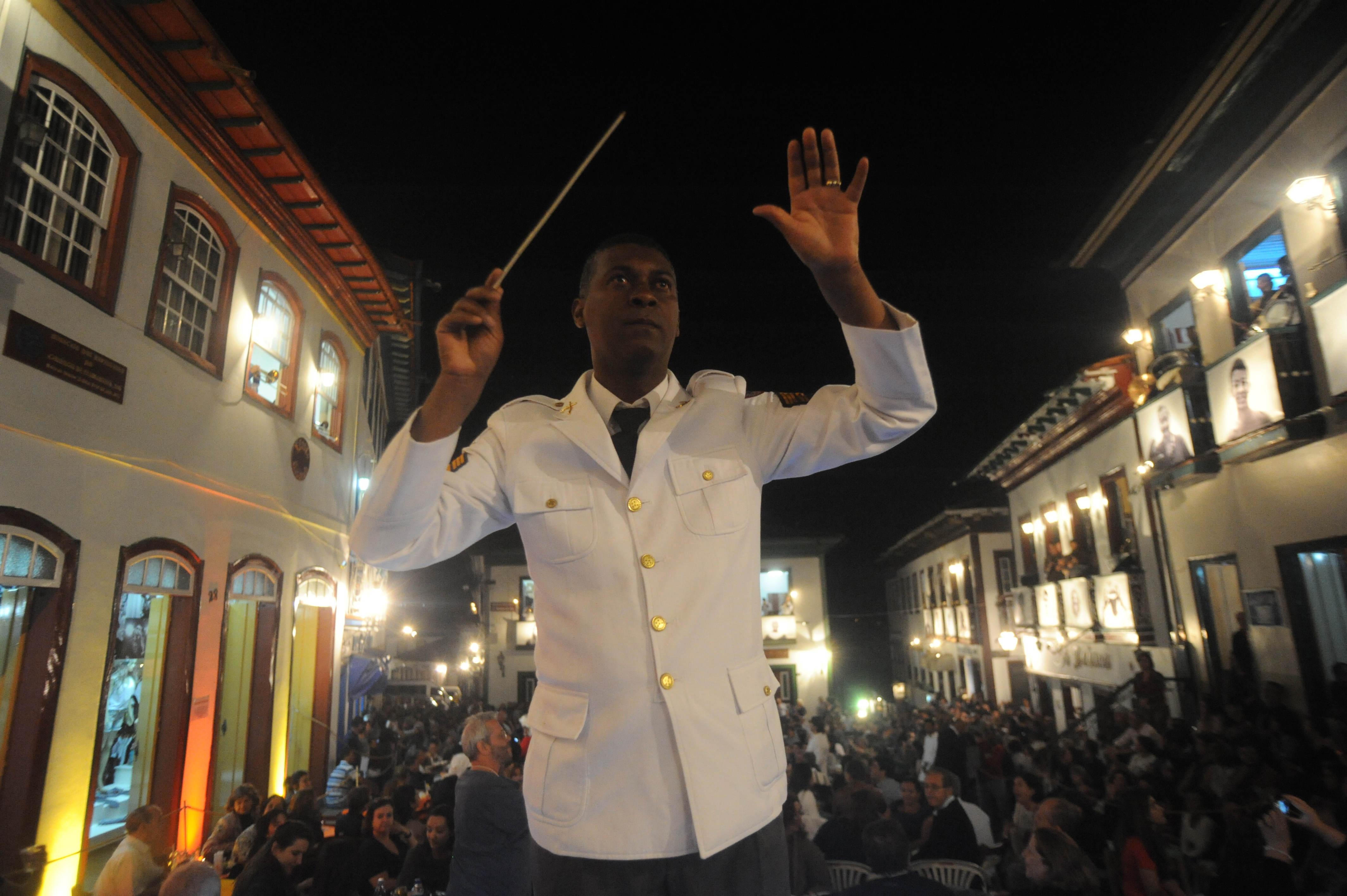 Os espetáculos ocorrem entre março e outubro na cidade do Vale do Jequitinhonha: tradição foi retomada e se popularizou a partir de 1999 (Foto: Leandro Couri/EM)