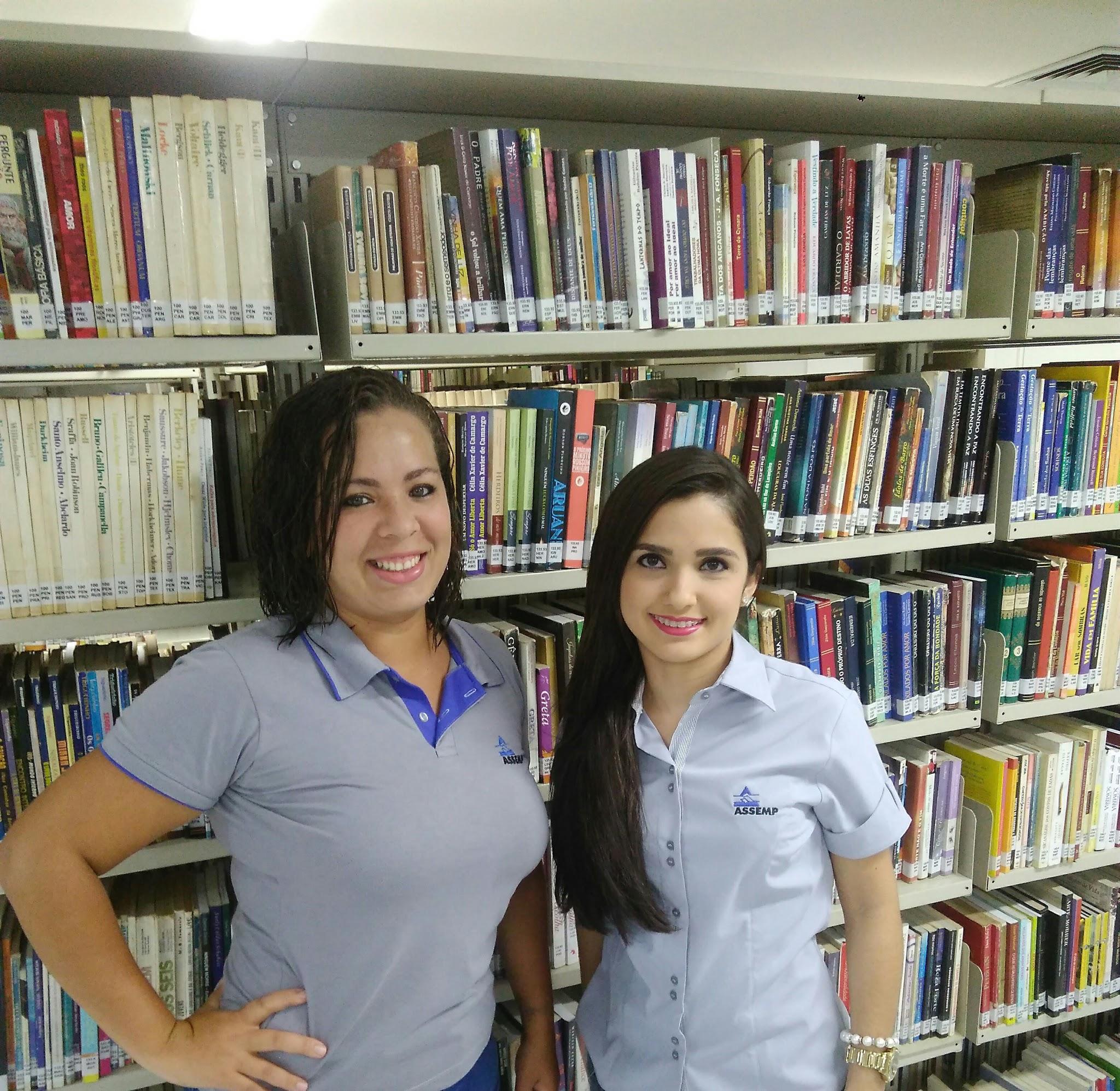 A bibliotecária Fabiane Neves e a estagiária Pâmela Silva (Foto: Mariana Bezerra/ASSEMP)