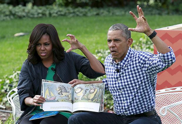 """Barack Obama e sua mulher, Michelle, fazem leitura do livro """"Onde Vivem os Monstros"""" para crianças (Foto: Yuri Gripas - 28.mar.2016/Reuters)"""