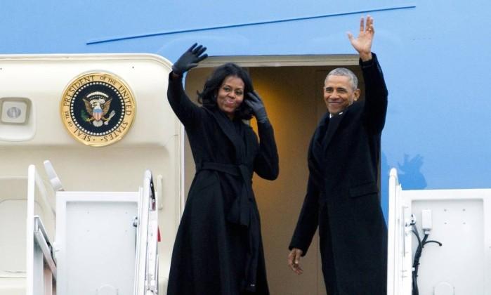 Obama e Michelle acenam a bordo do Air Force One (Foto: Jose Luis Magana/AP)
