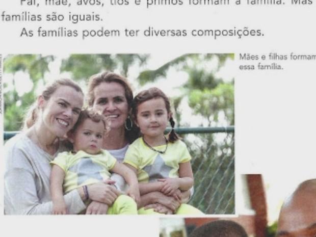 Livro mostra meninas adotadas por duas mulheres, casadas (Foto: Rede Amazônica/ Reprodução)