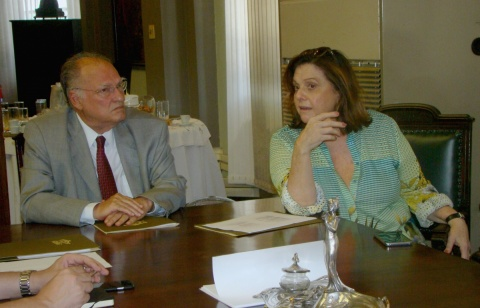 O ministro Roberto Freire e a presidente da Biblioteca Nacional, Helena Severo (Foto: Reprodução/FBN)