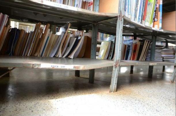 Carrinhos enferrujados, poeira e estantes vazias: os locais não oferecem serviços ou atrativos para estimular o hábito de leitura (Foto: Jhonatan Vieira/D.A.Press)