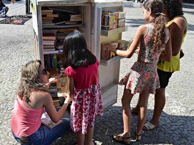 Entre as ações do grupo, a Geloteca, que funciona como ponto de escambo de livros (Foto: Clube Tamboril/Divulgação)
