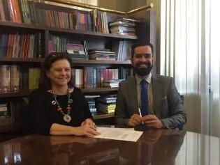 Helena Severo e Cristian Santos assinam acordo para abertura do Escritório de Direitos Autorais em Brasília (Foto: Esther Lima / MinC)