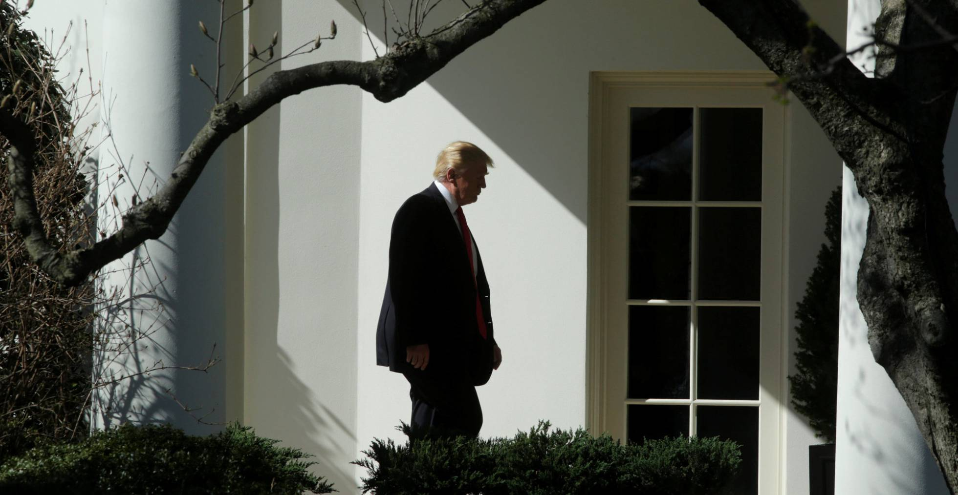 Donald Trump a caminho do Salão Oval (Foto: Yuri Gripas/Reuters)