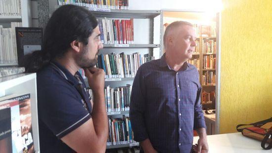 Prefeito Sérgio Azevedo visitou o local acompanhado do coordenador de Bibliotecas da Secretaria de Cultura, Yuri Gonçalves (Foto: Divulgação/Prefeitura de Poços de Caldas)