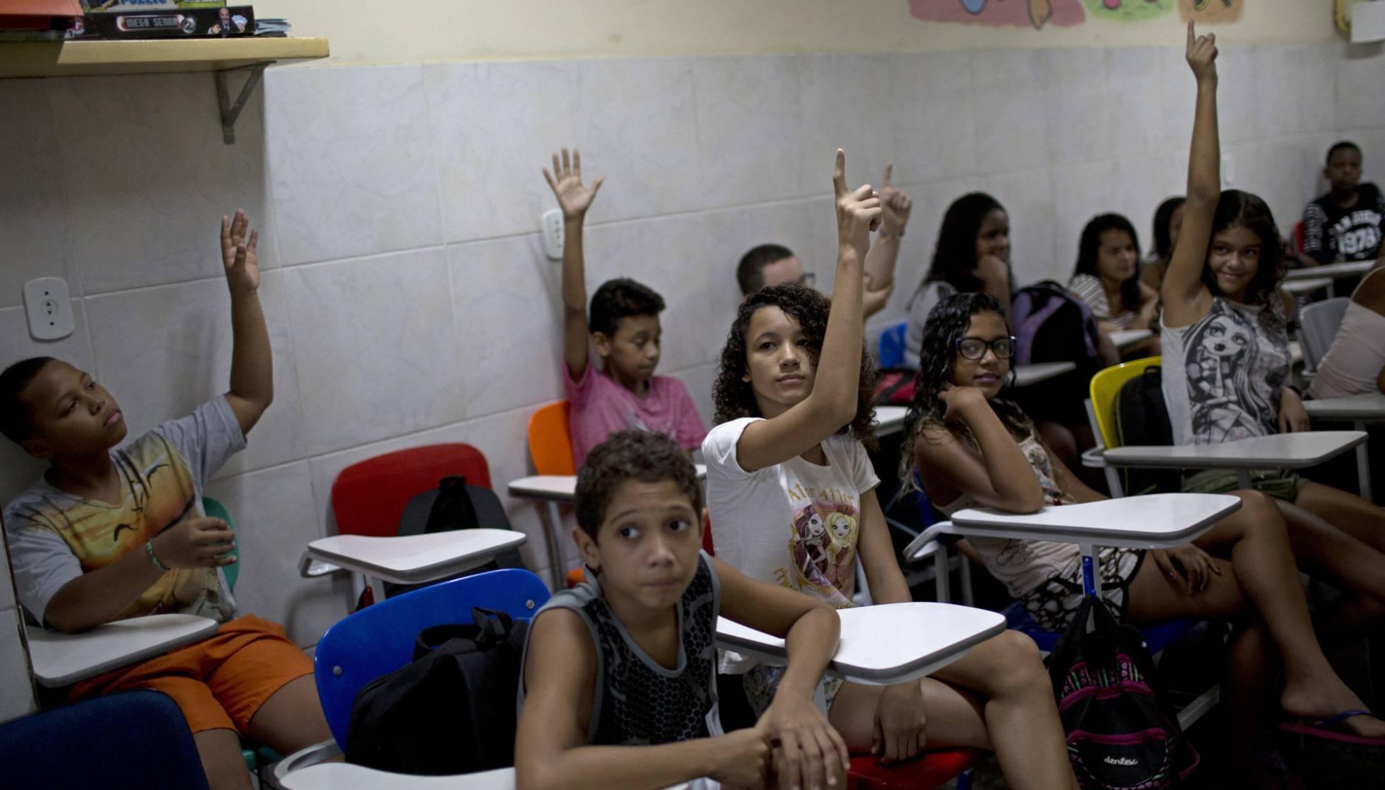 Estudantes de uma escola pública no Rio de Janeiro (Foto: Silvia Izquierdo/AP)