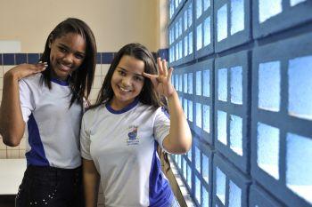 Brunna Ramos e Thallia Lino participam do teatro de alunos surdos em Libras (Foto: Elizabeth Nader)