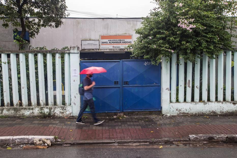 Prefeitura reduziu o atendimento em pelo menos 19 das 54 bibliotecas (Foto: Tiago Queiroz/Estadão)