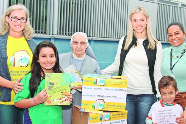 Miriam Cançado, Laura Pagani, Dine Alvarenga, Patrícia Baracho e alunos da Escola Irmã Gertrudes (Foto: Reprodução/O Tempo)