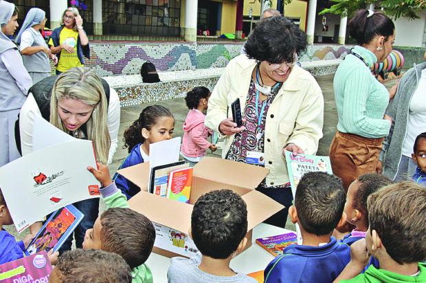 Crianças se reuniram para ouvir as histórias de Pierre André no bairro Madre Gertrudes (Foto: Reprodução/O Tempo)